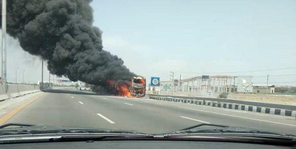 آتش سوزی اتوبوس در آزادراه تهران _ قم + عکس