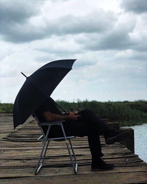 عکس هواخوری آقای بازیگر در طبیعتی رویایی