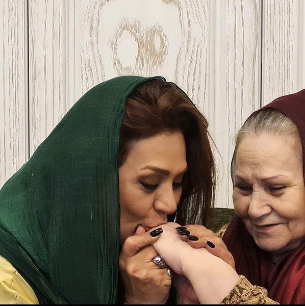 حال خوش نسرین مقانلو در کنار مادرش /عکس