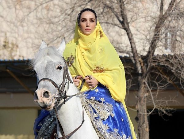 اسب سواری سوگل طهماسبی با لباس محلی + عکس