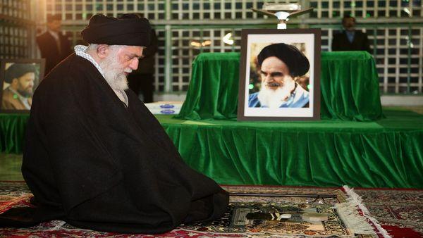 حضور رهبر انقلاب در مرقد امام خمینی (ره) و گلزار شهدا