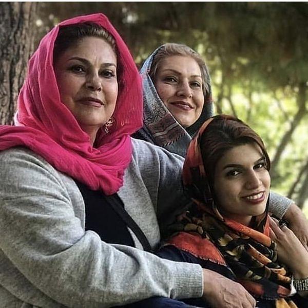 مهرانه مهین ترابی در کنار خواهر و خواهرزاده اش   عکس