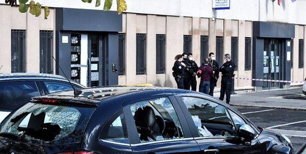 حمله معترضان به خودروهای پلیس در حومه پاریس