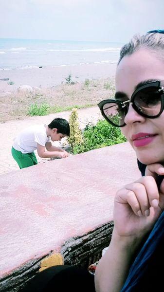 خانم بازیگر و پسرش در حال بازیلب ساحل + عکس
