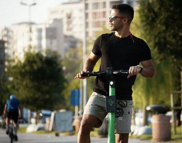 اسکوتر سواری سیروان خسروی در یک پارک + عکس