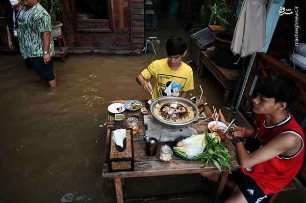 ناهار در رستوران سیل زده + عکس
