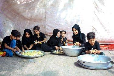 کمک کودکان در تهیه غذا برای زائرین اربعین