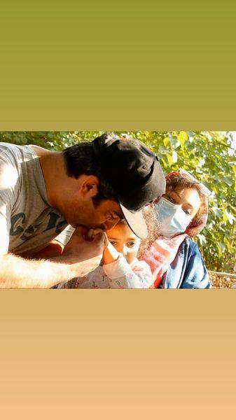 بوسه کارگردان مشهور بر دستان دخترش + عکس