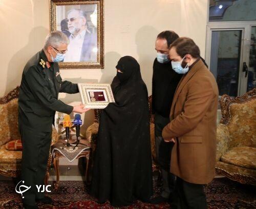 اعطای نشان «درجه یک نصر» به خانواده شهید فخریزاده