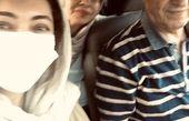 نیکی کریمی و پدر و مادرش در ماشین + عکس