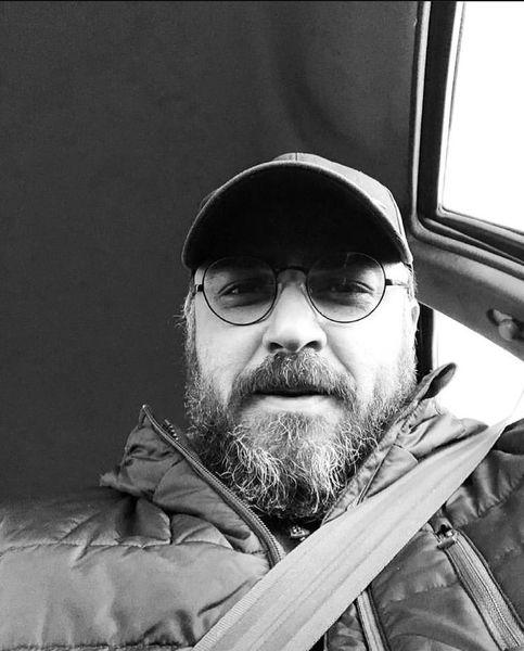 سلفی آقای بازیگر در ماشینش + عکس