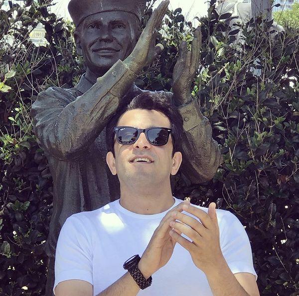 ژست عجیب مجید یاسر در کنار یک مجسمه + عکس
