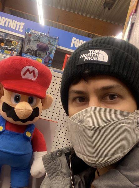 سلفی شاهرخ استخری با سوپر ماریو معروف + عکس