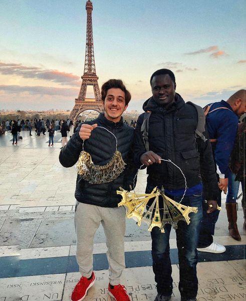 بازیگر ایرانی که در پاریس دستفروشی میکند+عکس