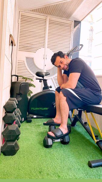 ورزش کردن رضا بهرام در خانه + عکس