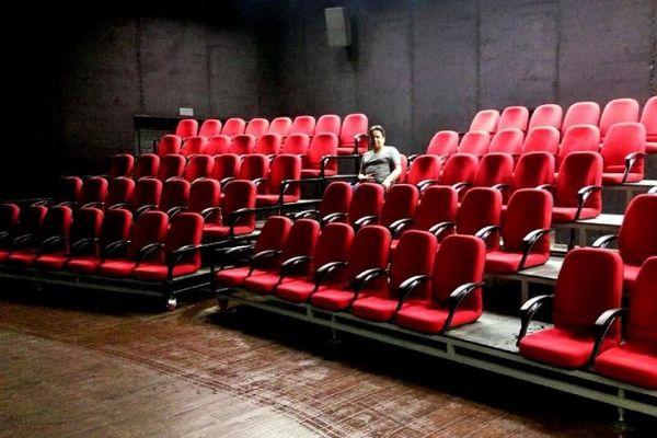 آرزو برای ترک سالن تئاتر!