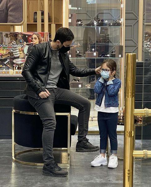 شاهرخ استخری و دخترش در یک فروشگاه + عکس