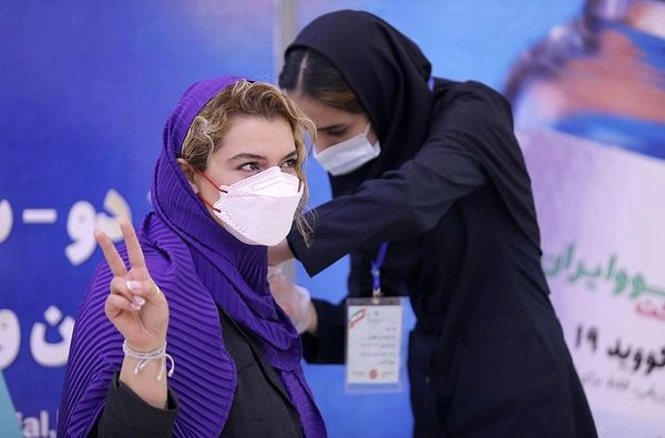 دنیا مدنی داوطلب واکسن ایرانی برکت شد + عکس