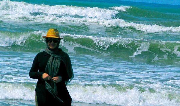 فلور نظری در کنار دریایی طوفانی + عکس