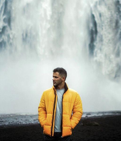 سیروان خسروی در کنار آبشاری چشم نواز + عکس