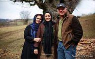 گردش خانم معلم آچمز در کنار پدر و مادرش+عکس