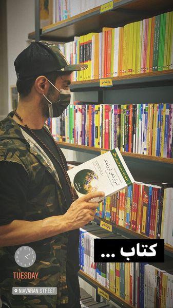 بازیگر معروف در کتاب فروشی + عکس
