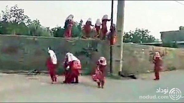لحظه عجیب فرار دانش آموزان دختر از مدرسه !