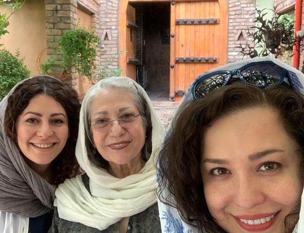 سلفی مهراوه شریفینیا با رخشان بنیاعتماد و کارگردان در جستجوی فریده