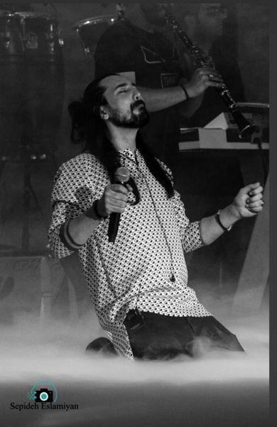 زانو زدن امیر عباس گلاب جلوی هوادارانش + عکس
