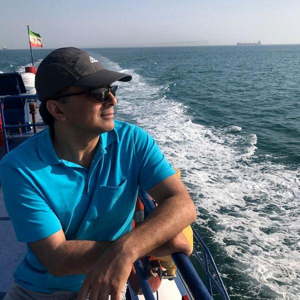 مجید اخشابی در حال قایق سواری در دریا + عکس