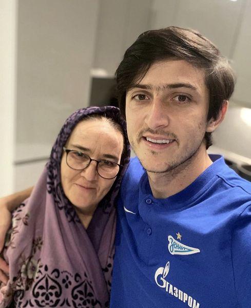 سردار آزمون در کنار مادرش + عکس
