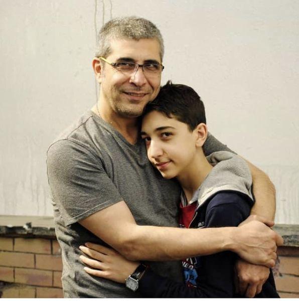 امیر غفارمنش و پسرش در آغوش هم + عکس