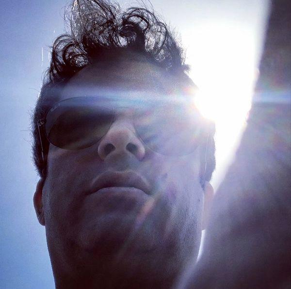 چهره غرق در نور منوچهر هادی + عکس